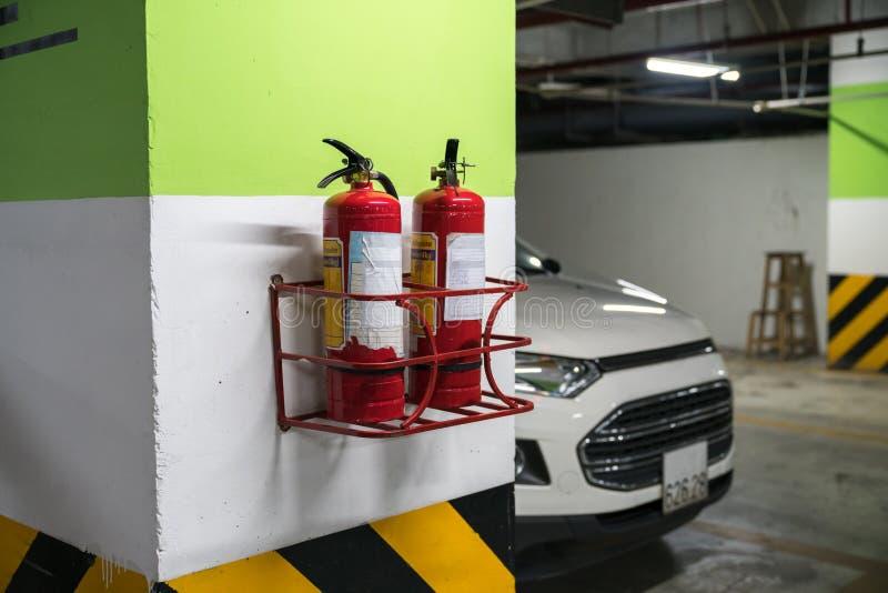Feuerlöscher im Untertagekellerautoparken stockfotografie