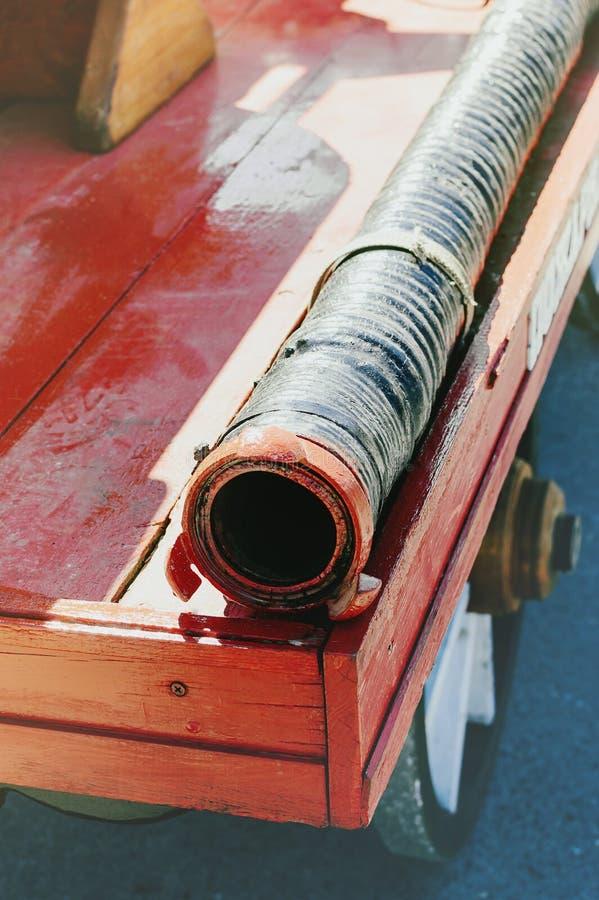 Feuerlöschschlauch auf dem hölzernen Brett eines alten roten Löschfahrzeugs Nahaufnahme stockbilder