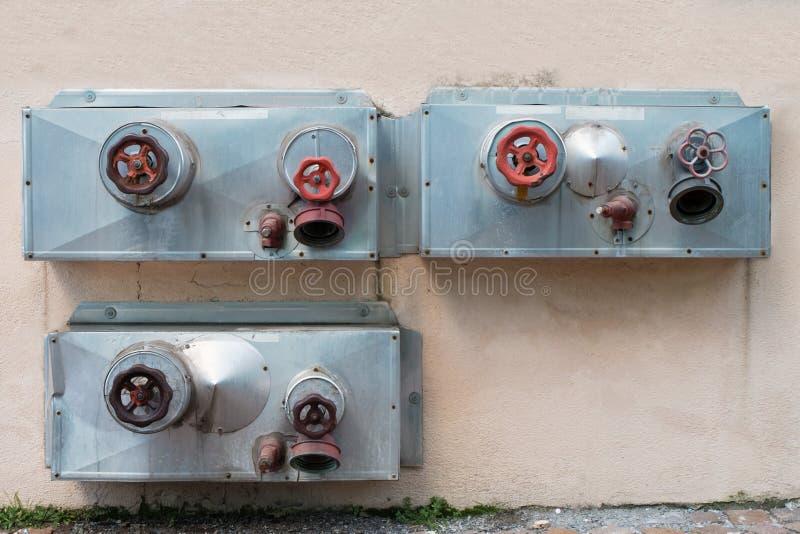 Feuerlöschschlauchverbindungen des Gebäudes lizenzfreie stockfotografie