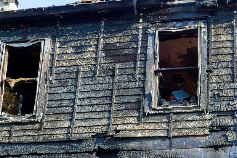 Feuerlinie vor einem zerstörten Haus gebranntes Haus nach Feuer stockfotos