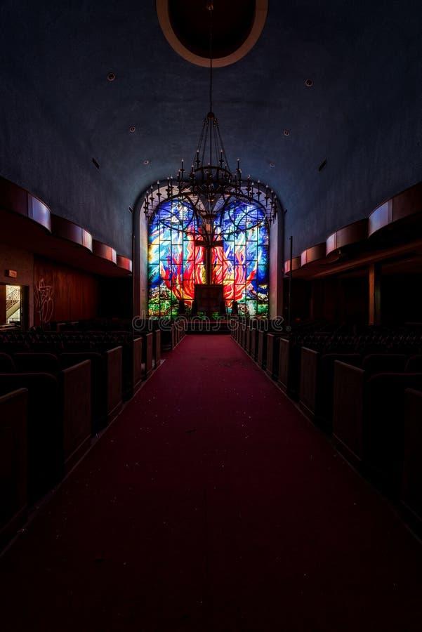 Feuermotif-verkleidete Glasfenster in Heiligtum - Abandoned East Nassau Hebrew Synagoge - New York stockbilder