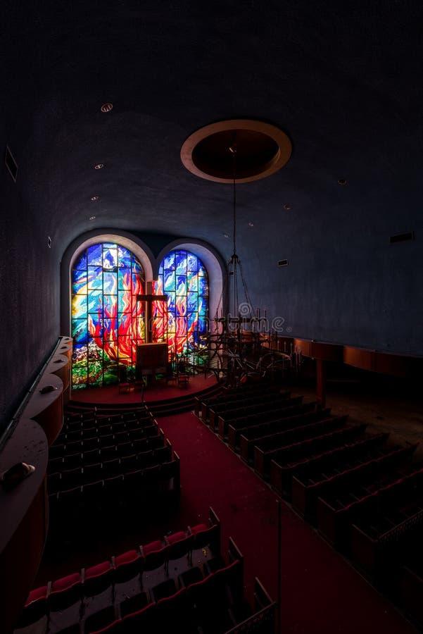 Feuermotif-verkleidete Glasfenster in Heiligtum - Abandoned East Nassau Hebrew Synagoge - New York lizenzfreies stockbild