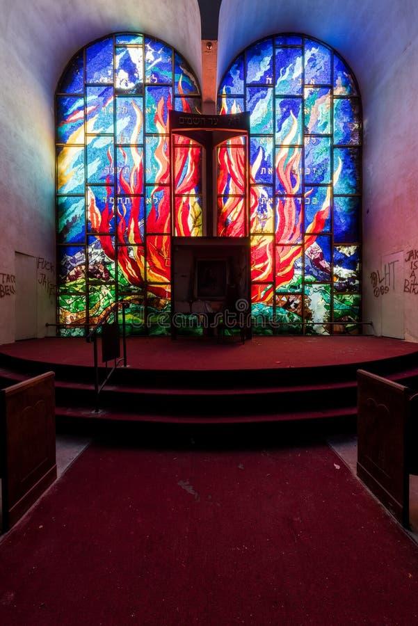 Feuermotif-verkleidete Glasfenster in Heiligtum - Abandoned East Nassau Hebrew Synagoge - New York stockbild