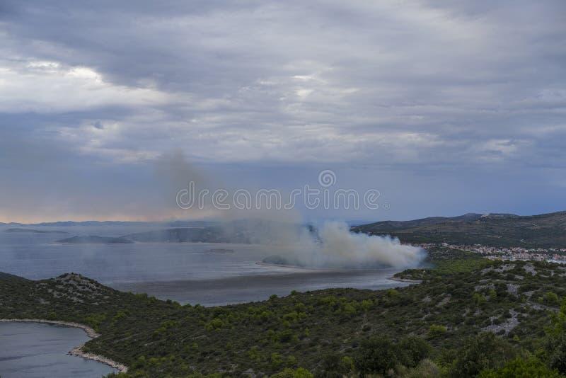 Feuern Sie Burning in den Bäumen und im Wald an der adriatischen Küste in Kroatien Europa ab lizenzfreies stockfoto