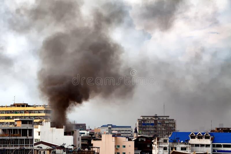 Feuern Sie Burning und schwarzen Rauch über dem Handelsgebäude ab stockfoto