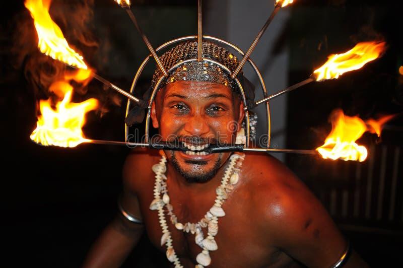 Feuern Sie Erscheinen ab Fakir nimmt einen riskanten Trick mit brennenden Fackeln in Galle stockfotografie