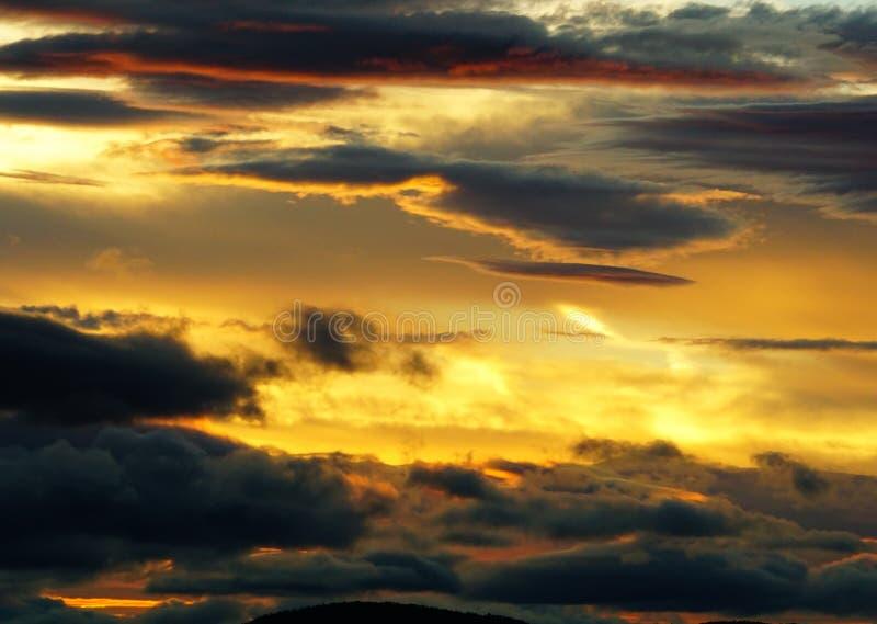 Feuern Sie Sonnenuntergang, die Dämmerung ab und das Schauen in Richtung zu Bear Mountain glätten stockfotos