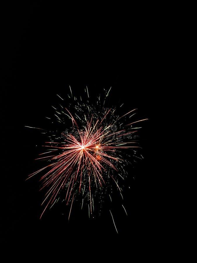 Feuerradfeuerwerke von farbigen hellen Strängen füllen den nächtlichen Himmel lizenzfreie stockfotografie