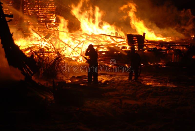 Feuersbrunst/Brennen/Feuerwehrmänner/Feuer, Leute auf Feuer stockfoto
