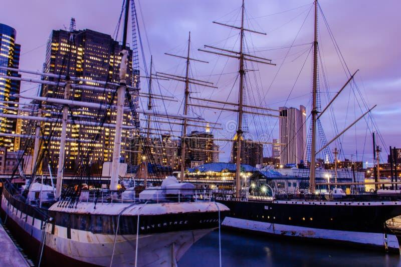 Feuerschiff Ambrose über Lower Manhattan an Pier 16, New York Vereinigte Staaten stockbilder