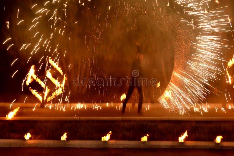 Feuershow, Feuerwerke für den Feiertag stockbild