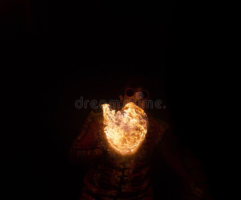 Feuershowkünstler atmen Feuer in der Dunkelheit stockbilder