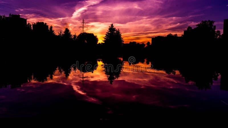 Feuersonnenuntergang stockfoto