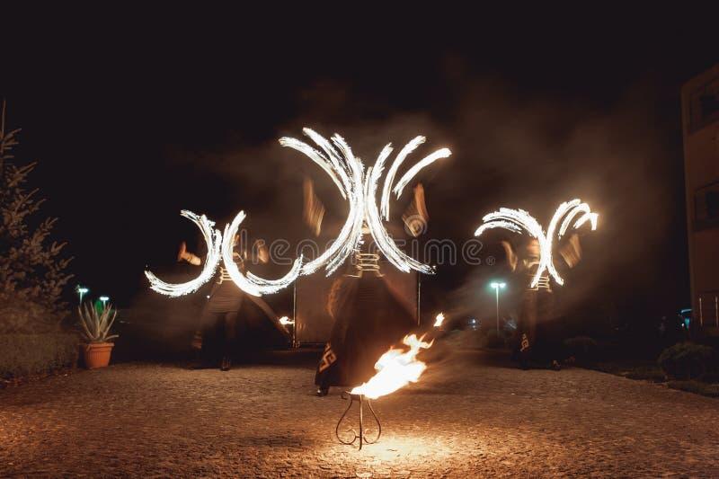 Feuertanzenshows nachts Erstaunliche Feuershow als Teil der Hochzeitszeremonie lizenzfreie stockbilder