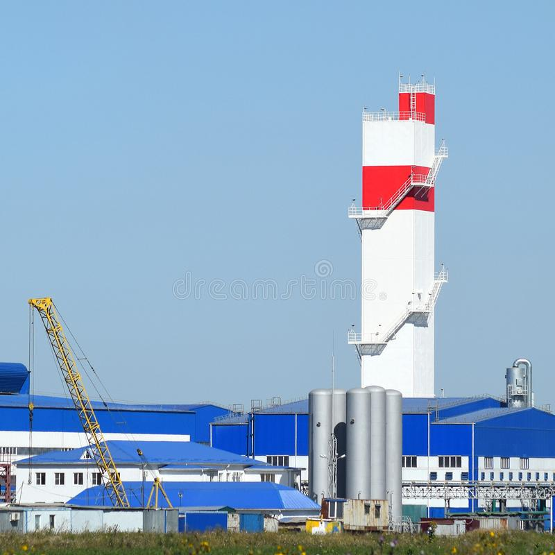 Feuerturm in der Anlage für die Verarbeitung des Altmetalls Alte Raffinerie der enormen Fabrik Metall lizenzfreies stockfoto