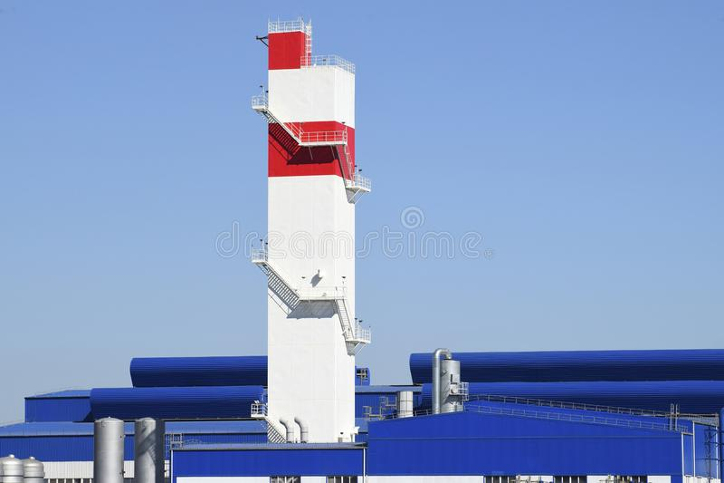 Feuerturm in der Anlage für die Verarbeitung des Altmetalls huge lizenzfreie stockfotos