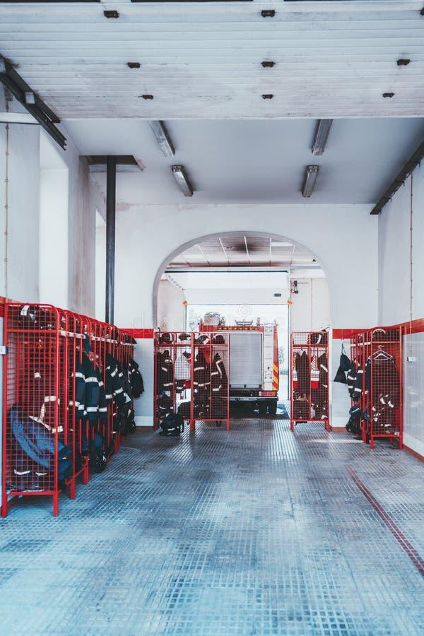 Feuerwache-Garageninnenraum stockfotos