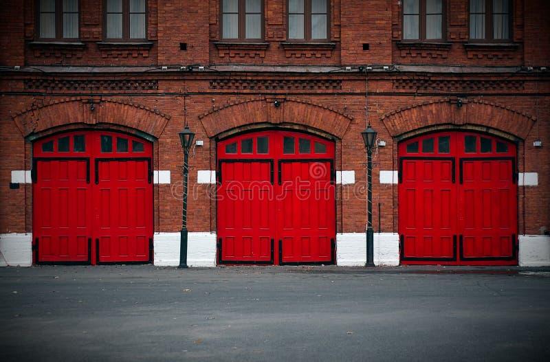 Feuerwache mit roten Türen stockfoto