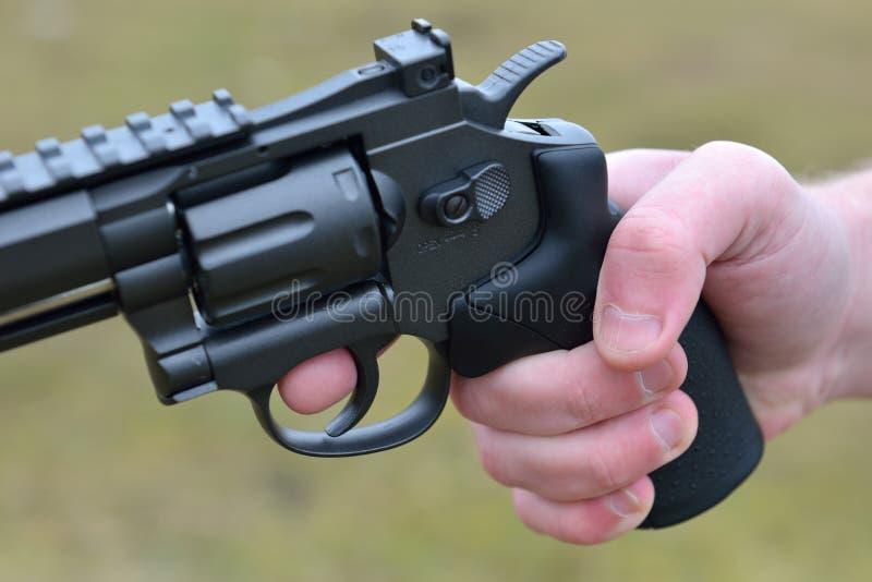 Feuerwaffen und Sicherheitsthema: übergeben Sie Mann mit einem Gewehr, das bereit ist zu schießen stockbilder