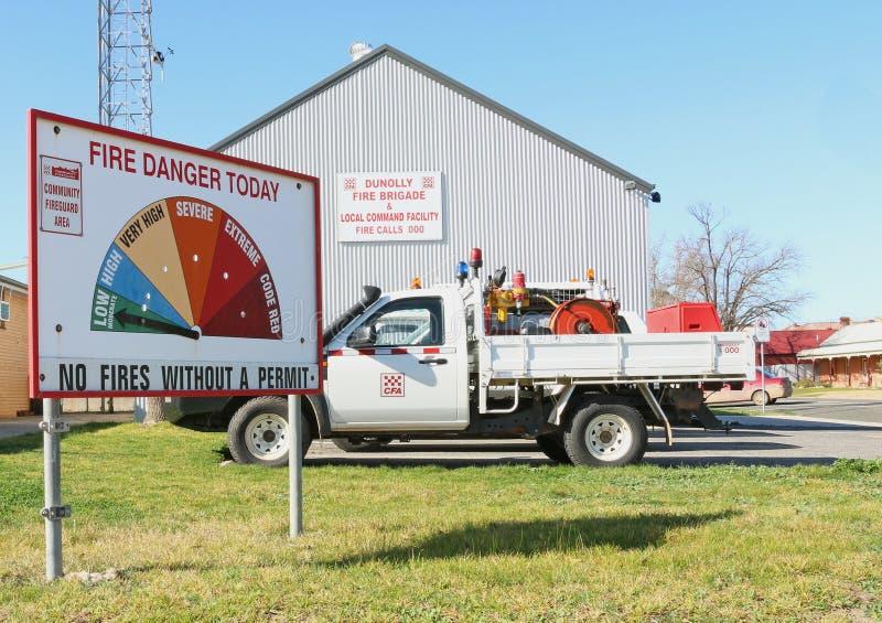 Feuerwehrfahrzeug- und -feuergefahrenbewertungen unterzeichnen lizenzfreie stockbilder