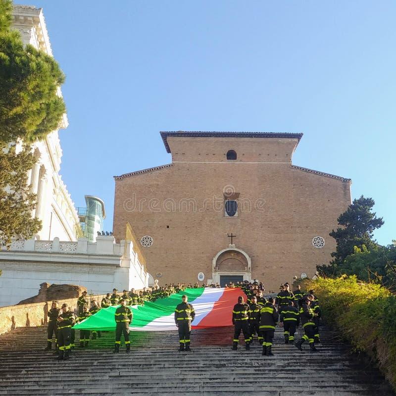Feuerwehrleute feiern S Barbara mit der italienischen Flagge Tricolor auf dem Licht der Stufen von Ara Coeli stockfoto