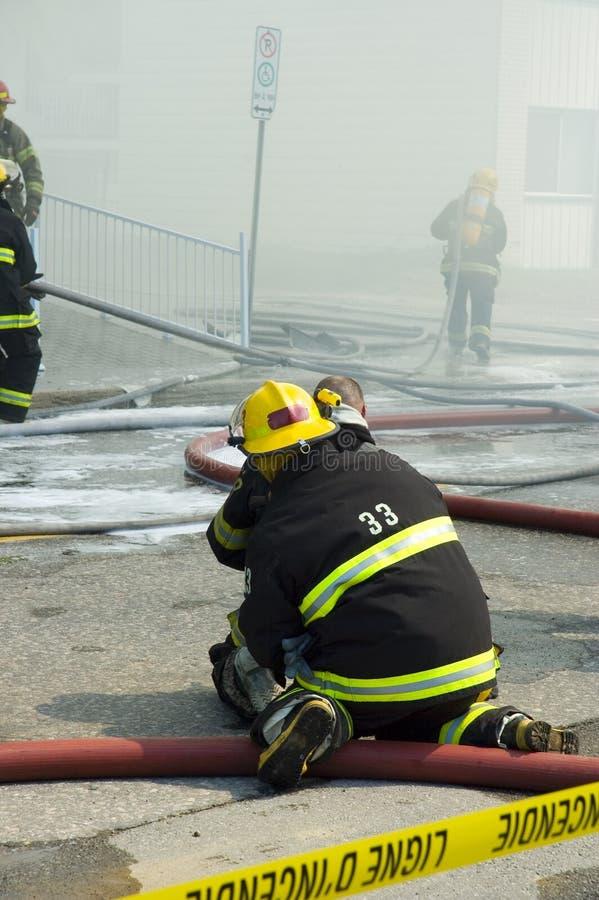 Feuerwehrmänner bei Arbeit 6 stockfotografie