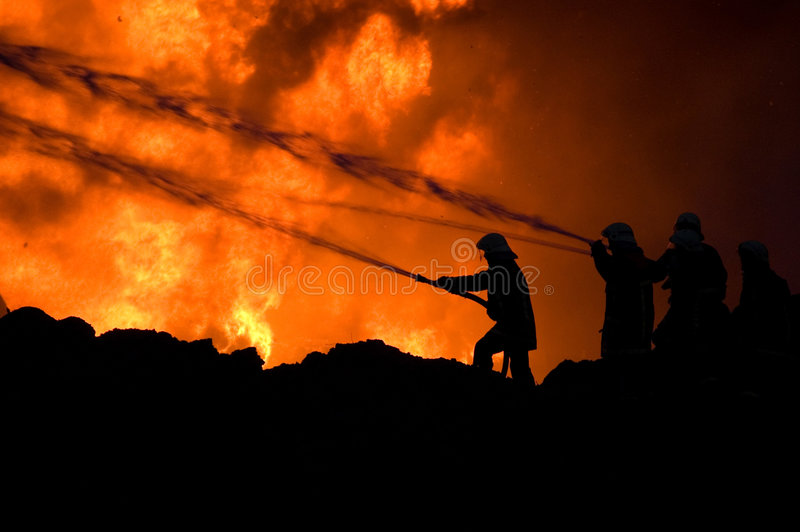 Feuerwehrmänner bei der Arbeit stockfotos