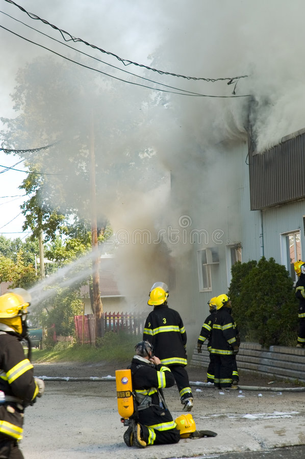 Feuerwehrmänner in Bewegung lizenzfreie stockfotografie