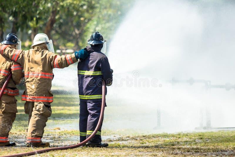 Feuerwehrmänner bilden für das Kämpfen aus lizenzfreie stockfotos