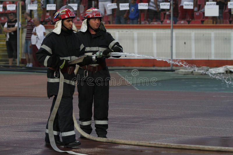 Feuerwehrmänner in der Aktion lizenzfreies stockfoto