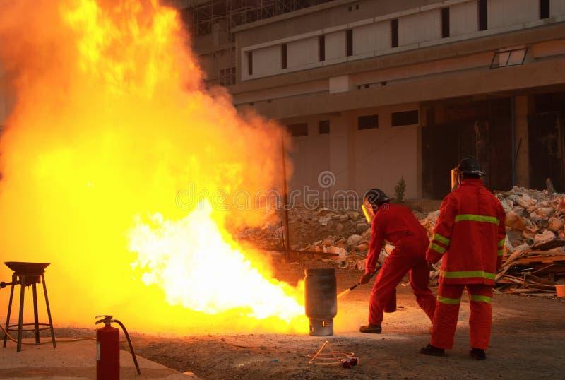 Feuerwehrmänner in der Aktion nach einer Gasexplosion lizenzfreie stockfotos