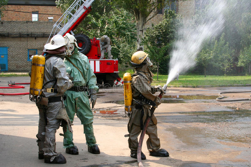Feuerwehrmänner in der Chemikalienschutzklage lizenzfreie stockfotografie