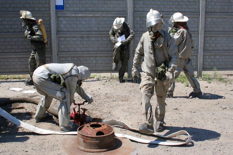 Feuerwehrmänner in der chemischen Schutzklage stockfotografie