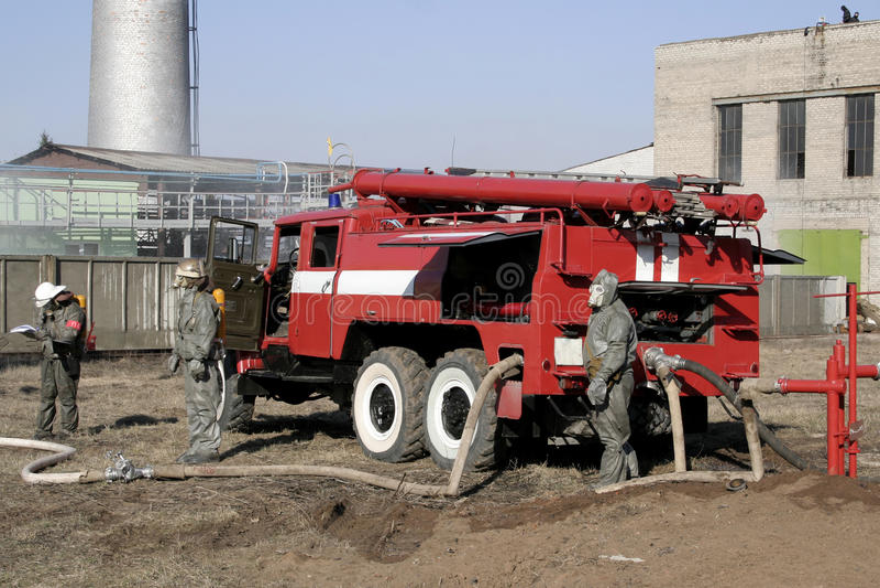 Feuerwehrmänner in der chemischen Schutzklage lizenzfreie stockbilder