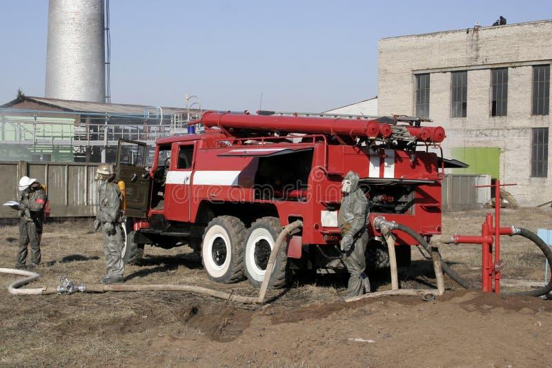 Feuerwehrmänner in der chemischen Schutzklage lizenzfreie stockfotografie
