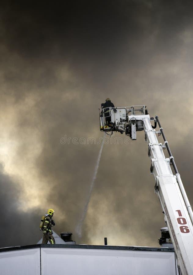 Feuerwehrmänner in der Tätigkeit stockbilder