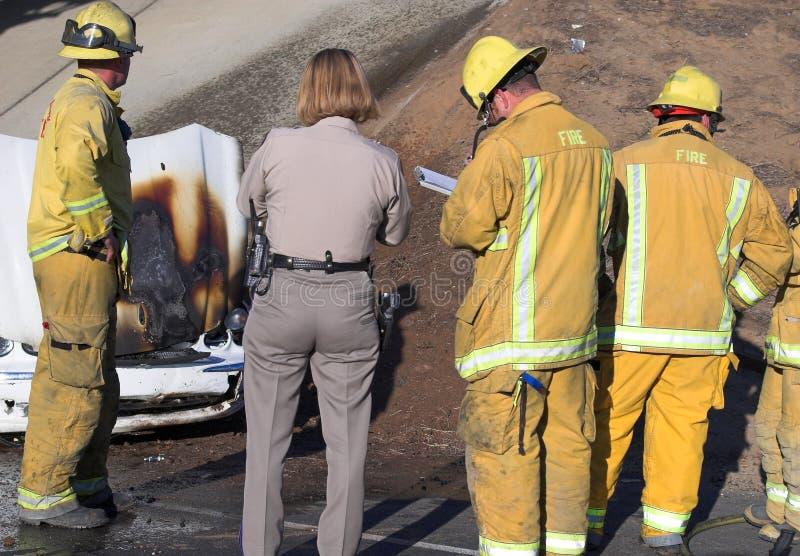 Feuerwehrmänner und Polizeibeamte lizenzfreie stockfotos