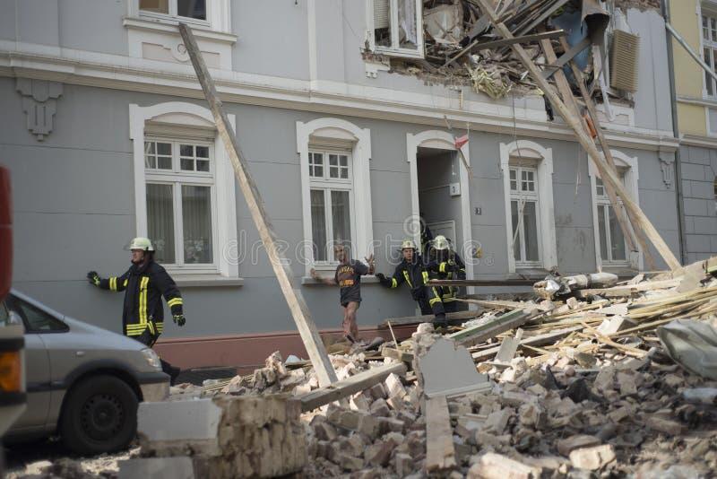 Feuerwehrmänner versuchen retteten den ersten gefundenen und nach Mann einem a stockfotografie