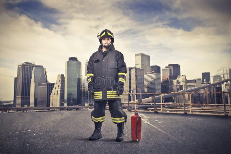 Feuerwehrmann auf einer Stadt-Straße stockfoto