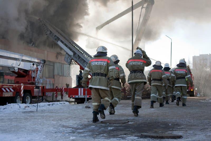 Feuerwehrmann auf Feuer lizenzfreie stockfotos