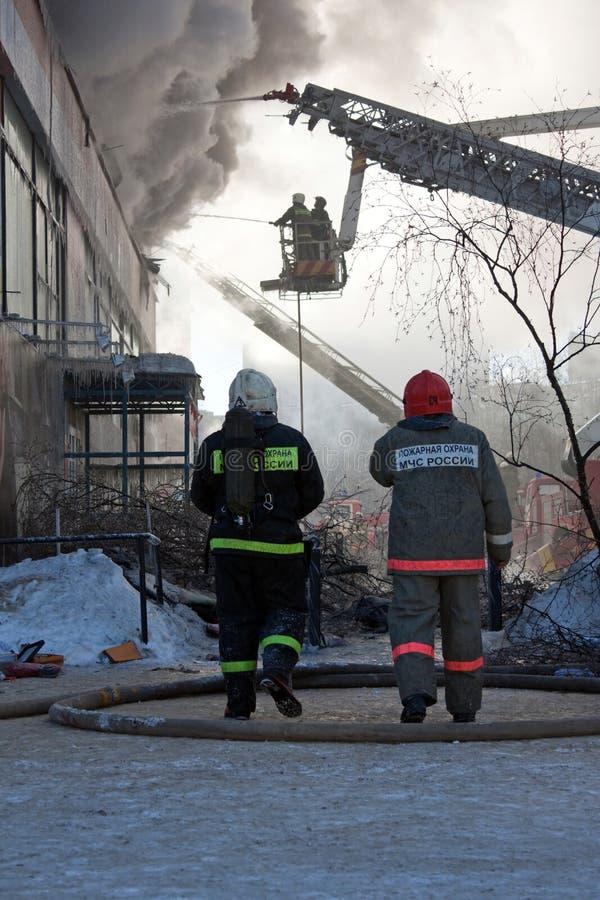Feuerwehrmann auf Feuer stockbild