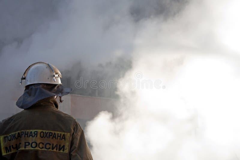 Feuerwehrmann auf Feuer stockfotografie