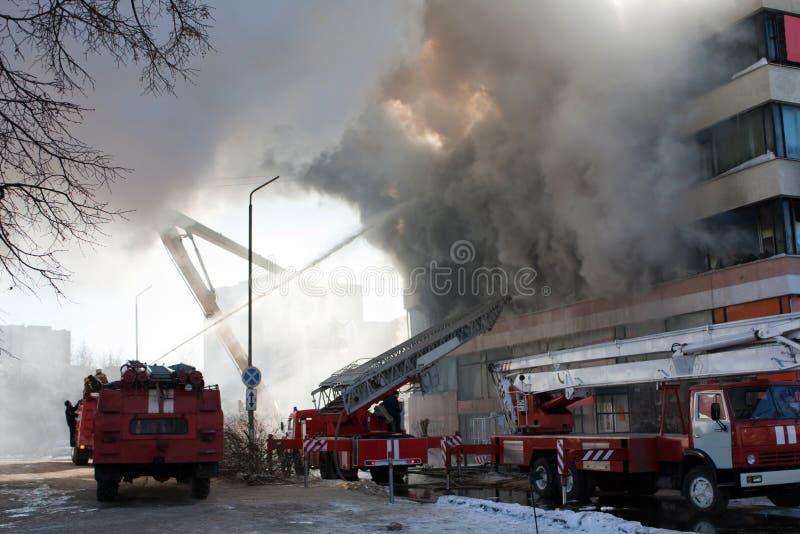 Feuerwehrmann auf Feuer lizenzfreies stockfoto