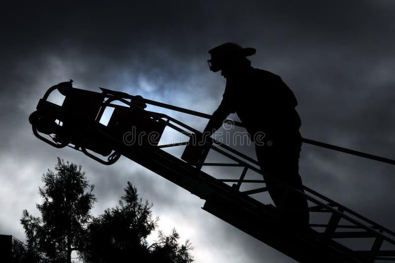 Feuerwehrmann auf Strichleiter stockfoto