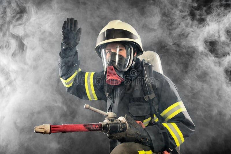 Feuerwehrmann bei der Arbeit stockfotografie