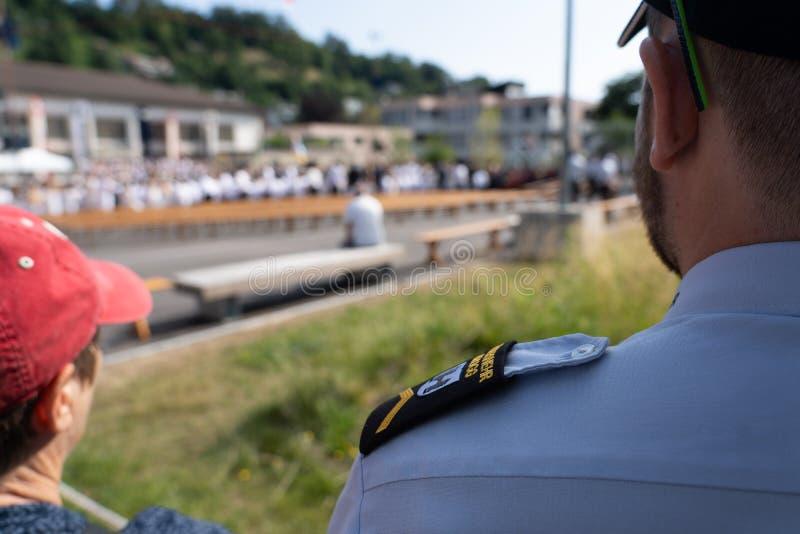 Feuerwehrmann beobachtet - Jugendfest Brugg Impressionen stockfotos