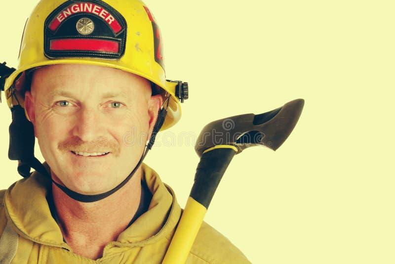 Feuerwehrmann, der Axt hält lizenzfreie stockbilder