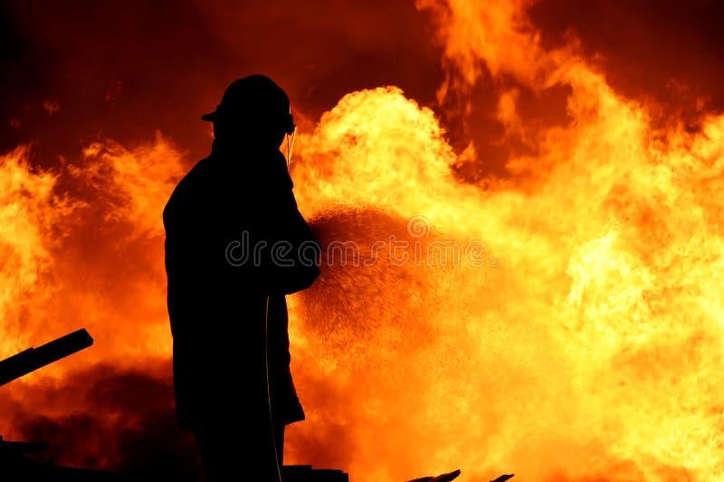 Feuerwehrmann, der ein Feuer kämpft lizenzfreies stockfoto