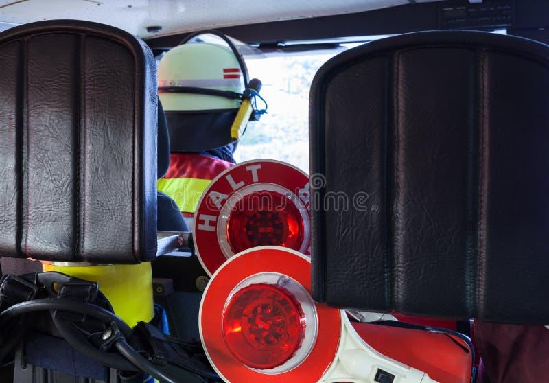 Feuerwehrmann in einem Löschfahrzeug mit Kellen stockfotografie