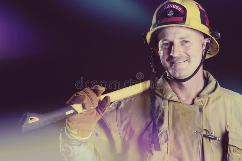 Feuerwehrmann Holding Axe stockfotografie